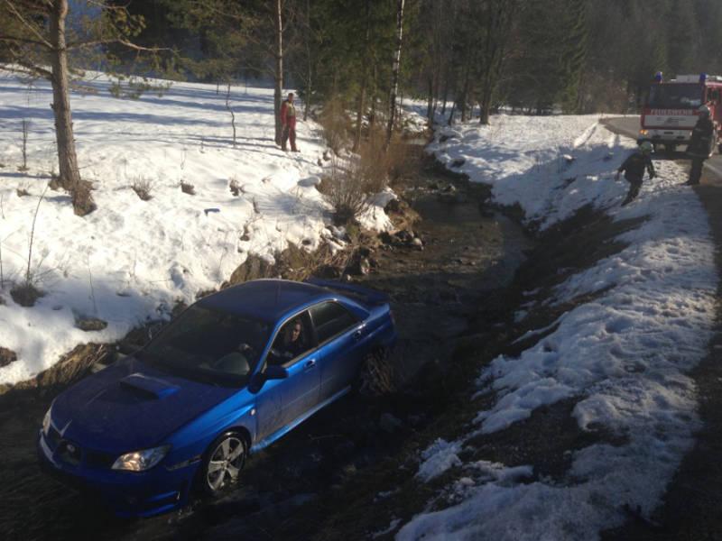 Auto steht im Halbach