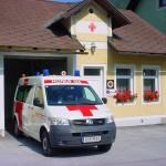 Rettungsgebäude mit Einsatzfahrzeug
